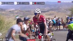 Un espectador de La Vuelta provoca un accidente de la manera más