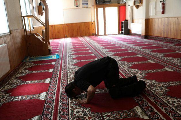 Un hombre reza en la mezquita de Ripoll en la que fue imán Abdelbaki Es Satty, cerebro de los atentados...