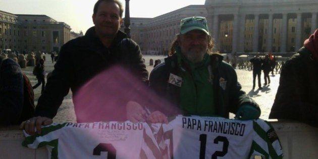 El Papa Francisco añade la camiseta del Betis a su