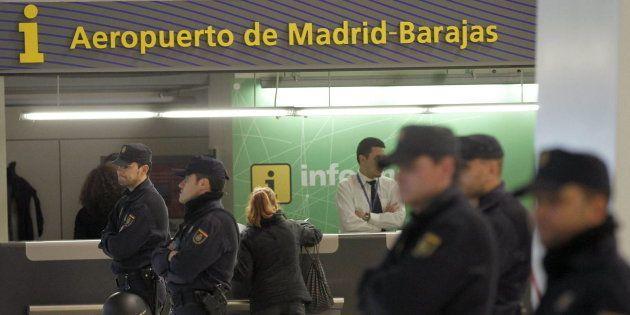 Un grupo de policías, ante el punto de información del aeropuerto de Barajas, en una imagen de