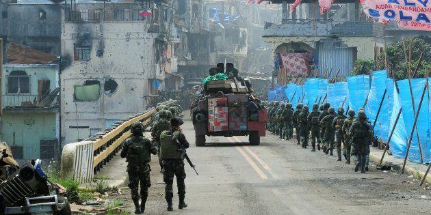 Tropas del gobierno filipino, en el puente Mapandi de Marawi, después de 100 días de asedio al grupo...