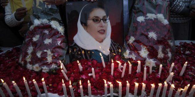 Velas y flores para Benazir Bhutto, durante una vigilia celebrada en Lahore en diciembre de
