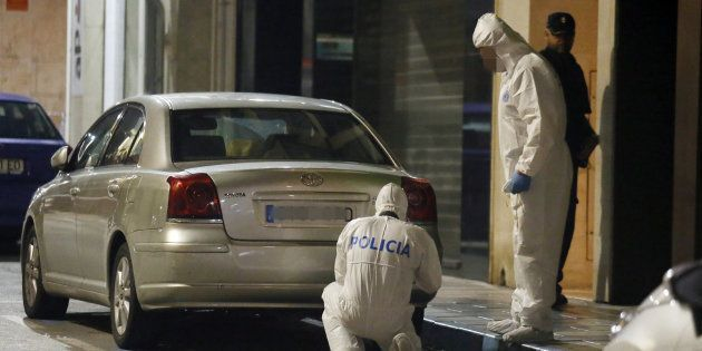 Agentes de la Policía Científica inspeccionan las inmediaciones de la vivienda ubicada en la calle Quijote...