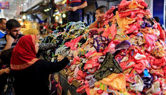 Muñecos, abalorios y hasta bragas de colores: la Fiesta del Cordero llena de color Mosul tras la caída del