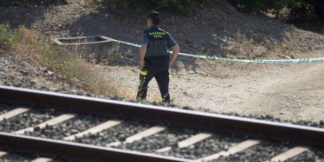 Un agente de la Guardia Civil revisa el lugar donde fue encontrado el cuerpo de la pequeña Lucía