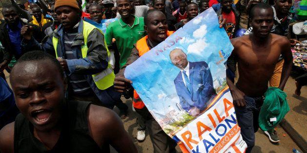 Partidarios de Raila Odinga, líder de la oposición, celebran en Kibera la decisión de los
