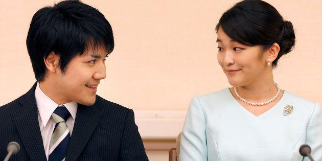 La princesa Mako y su prometido, Kei Komuro, durante la rueda de prensa para anunciar su compromiso celebrada...
