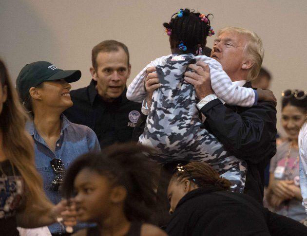 El presidente de EEUU, Donald Trump, y su mujer, Melania, visitan a las víctimas del