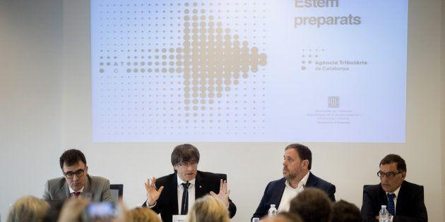 El presidente de la Generalitat, Carles Puigdemont, y el vicepresidente del Govern, Oriol Junqueras,...