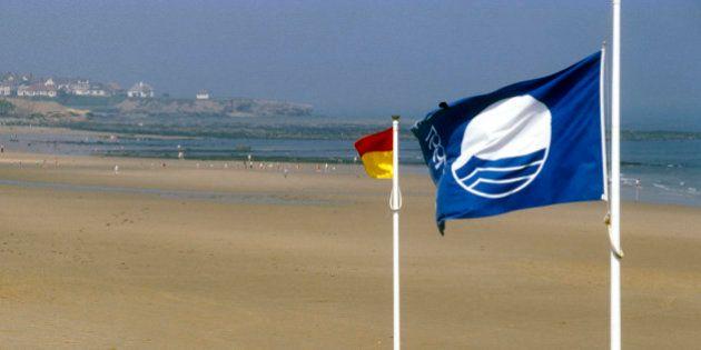 La bandera azul ondeará en 577 playas españolas este verano, una cifra récord (MAPA,