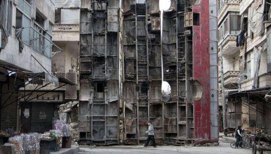 Los sirios de Alepo se protegen de la guerra a la