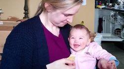 Nada divierte más a este bebé que su madre comiendo nachos crujientes