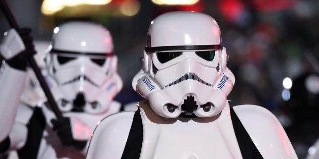 Personajes de 'Star Wars' en un desfile en Los Angeles, California, el 27 de noviembre de