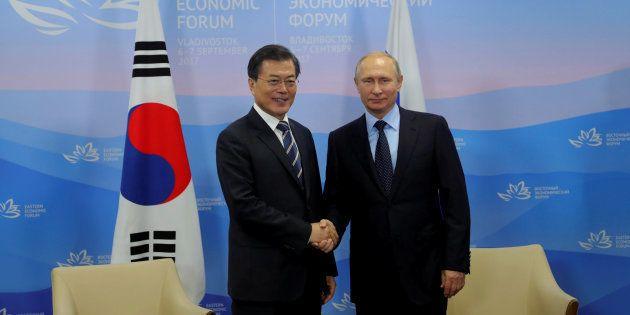 El presidente ruso, Vladimir Putin, y su homólogo surcoreano, Moon Jae-in, se saludan en el Foro Económico...