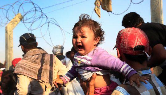 Las duras imágenes de miles de sirios intentado huir a Turquía