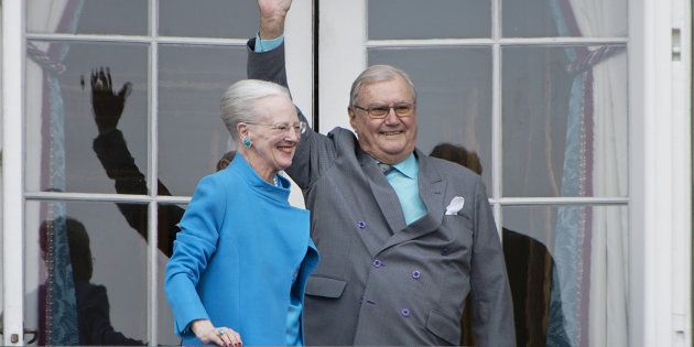 Margarita y Enrique de Dinamarca saludan desde el balcón del Palacio Real de Amalienborg, en Copenhague,...