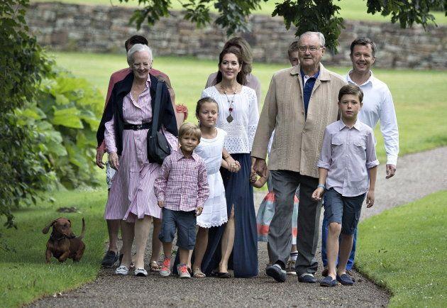 Margarita y Enrique de Dinamarca con su hijo, Federico, su nuera, Mary, y tres de sus nietos (Vicente,...