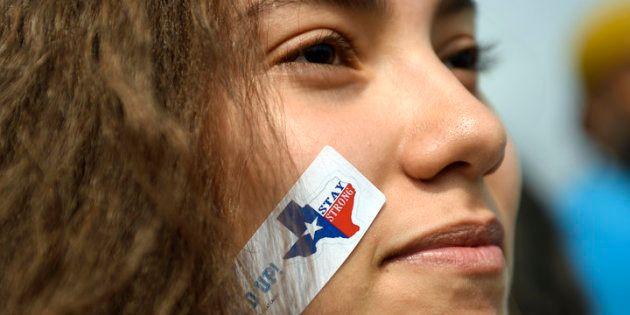 Andrea Balverde, de 15 años, se manifiesta en el Campus de Auraria, Denver (Colorado, EE UU) en contra...