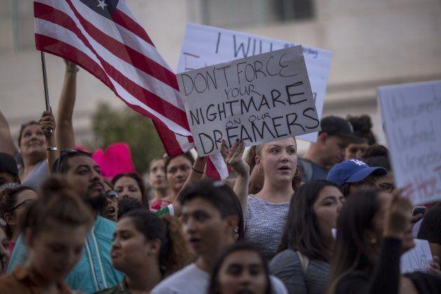 Marchas en Los Ángeles el martes 5 de septiembre para oponerse a la decisión de Trump de acabar con el...