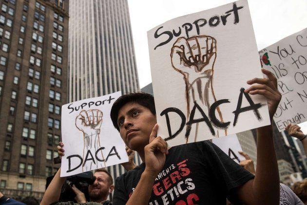 Activistas en favor de la inmigración marchan en Nueva York en apoyo al programa DACA este