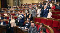 El momento en el que los diputados abandonan el Parlament en señal de