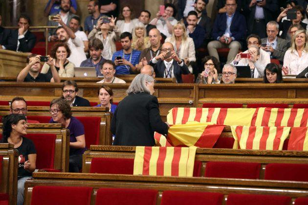 Iglesias opina que la diputada que retiró las banderas de España del Parlament debe pedir