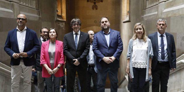Carles Puigdemont posa con su gobierno, en un acto con alcaldes en apoyo del
