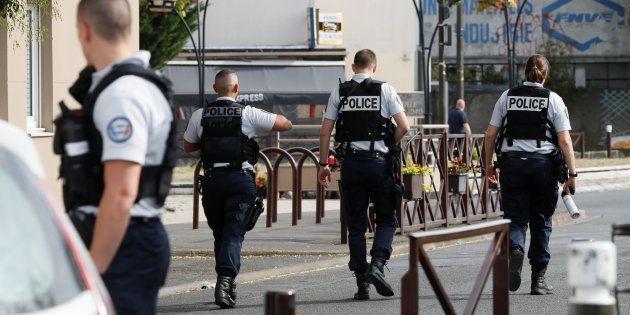 Agentes de policía, desplegados en Villejuif, cerca de París, tras el descubrimiento del