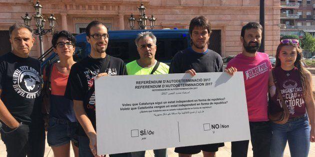 La CUP entrega una papeleta gigante del referéndum a la Subdelegación del Gobierno de
