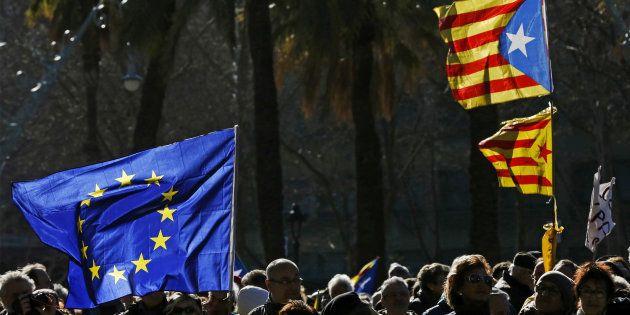 Banderas europeas y catalanas durante una manifestación
