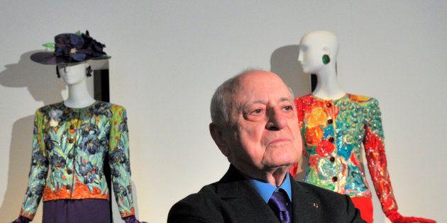 Pierre Berge entre creaciones de Yves Saint Laurent en el Petit Palais de París el 8 de marzo de