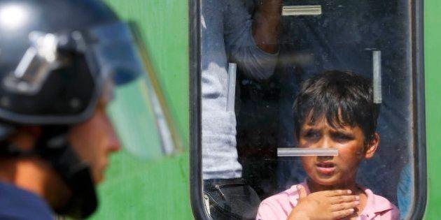Detienen un tren con refugiados que querían llegar a la frontera con