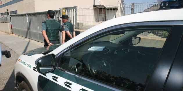 Agentes de la Guardia Civil continúan esta mañana registrando los vehículos de aquellos empleados que...