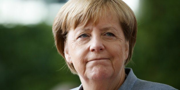La canciller alemana, Angela Merkel, espera la llegada del presidente de Israel, Reuven Rivlin, antes...
