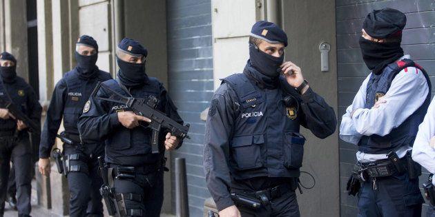 Un grupo de Mossos, desplegados durante el operativo de caza a los yihadistas de