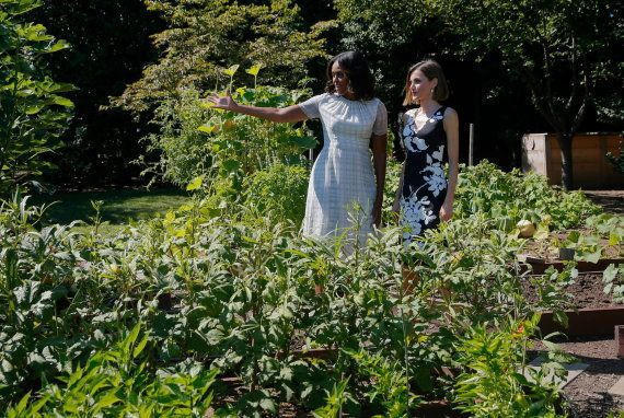 Michelle Obama se lleva a la reina Letizia al huerto