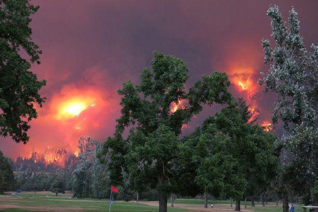 Imágenes del incendio desde el campo de golf Beacon Rock Golf Course en North Bonneville,