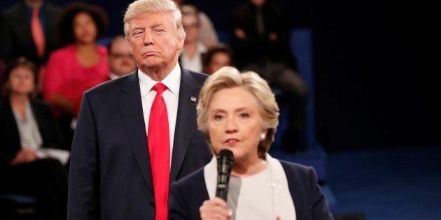 Donald Trump escucha a Hillary Clinton durante su debate en San Luis, el pasado
