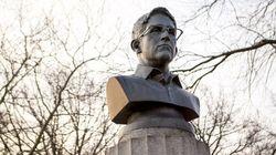 Unos artistas colocan una estatua de Snowden en Nueva