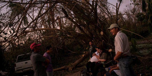 Una familia de inmigrantes mexicanos, ante su casa destrozada en Naples,
