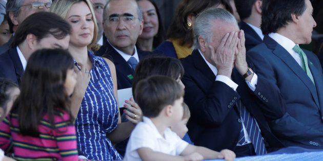 Michel Temer, el presidente de Brasil, se tapa los ojos durante el desfile del Día de la Independencia,...