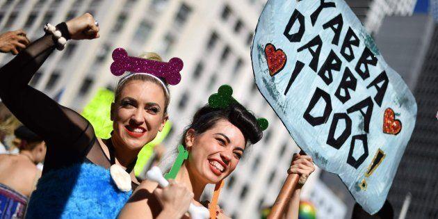 Dos participantes en la marcha por la legalización del matrimonio homosexual en Sídney (Australia), el...
