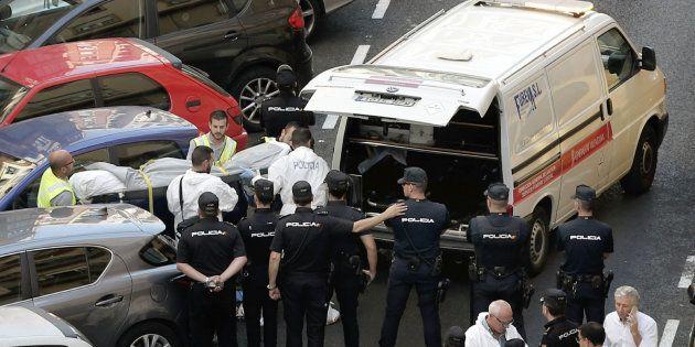 VALENCIA, 12/09/2017.- Funcionarios judiciales trasladan el cuerpo sin vida de una de las dos personas...