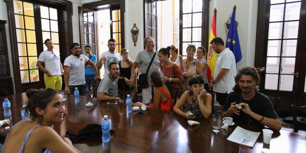 Un grupo de turistas españoles varados en Cuba espera asistencia de emergencia en la embajada de España...