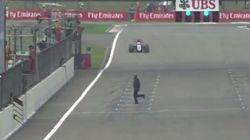 Un espectador cruza por la recta de meta en la Fórmula 1