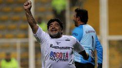 Maradona vuelve a jugar... y acaba agrediendo a un periodista
