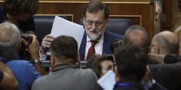 El presidente del Gobierno, Mariano Rajoy, al inicio de la sesión de control al Ejecutivo celebrada hoy...