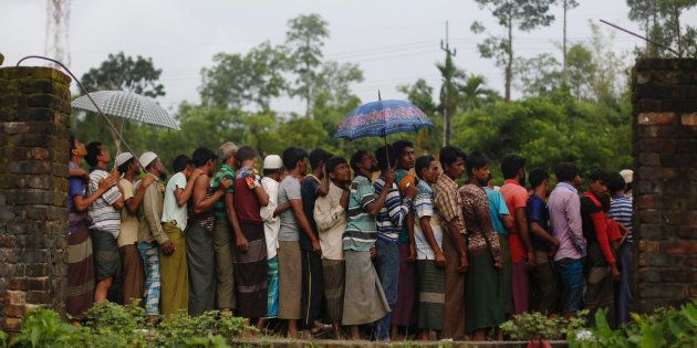 Refugiados rohingya esperan para recibir comida repartida por ONG locales cerca de Balukhali, Bangladesh,...