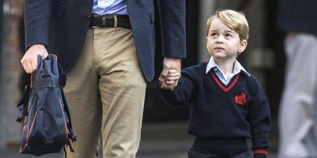 El joven príncipe Jorge (d) llega a su primer día de colegio en el Thomas's Battersea