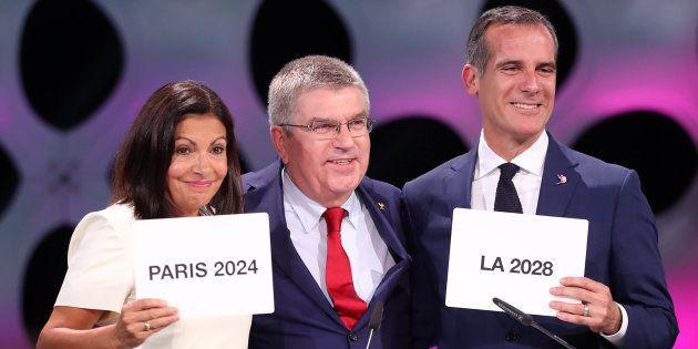 La alcaldesa de París, Anne Hidalgo; el presidente del Comité Olímpico internacional, Thomas Bach, y...